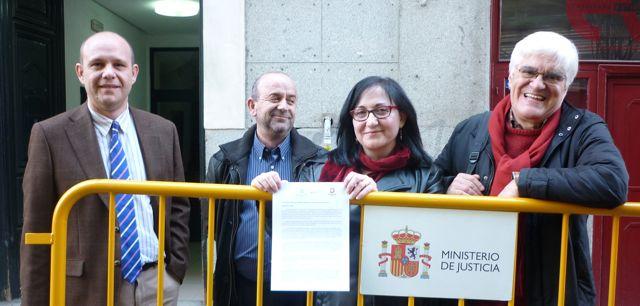 Jacinto Lara Bonilla, Bonifacio Sánchez, Soledad Luque y Chato Galante frente a la AN con la carta para el Fiscal Javier Zaragoza. Foto: Manuela Bergerot